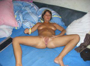 freundin urlaubsfoto privat nackt foto auf dem bett beine breit eincremen
