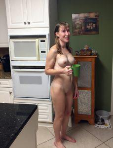 nacktfoto schnappschuss meine frau in der kueche