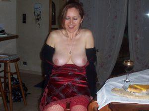 versaute ehefrau zeigt beim abendessen ihre titten