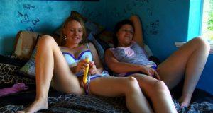 zwei freundinnen lesben masturbieren auf dem bett angezogen