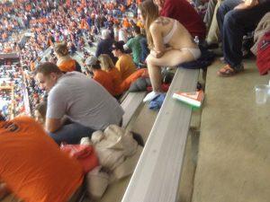 frau-in-unterwaesche-im-stadion