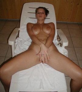 geile freundin auf einer sonnenliege nackt