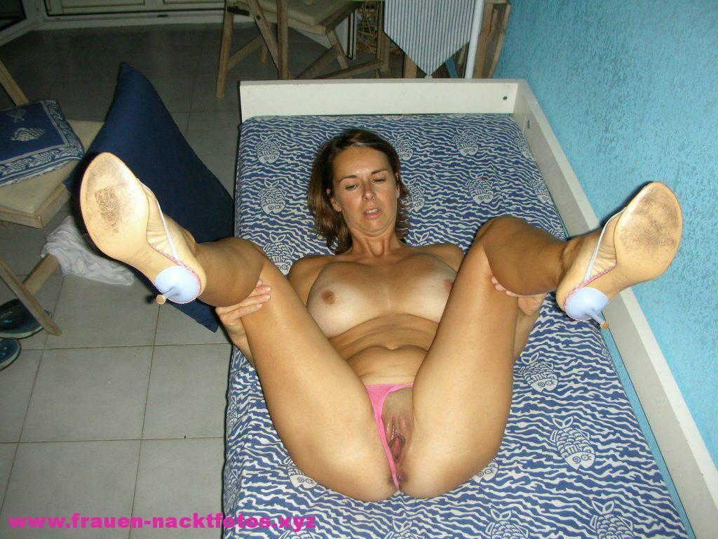 Frau bewegt ihre Muschi