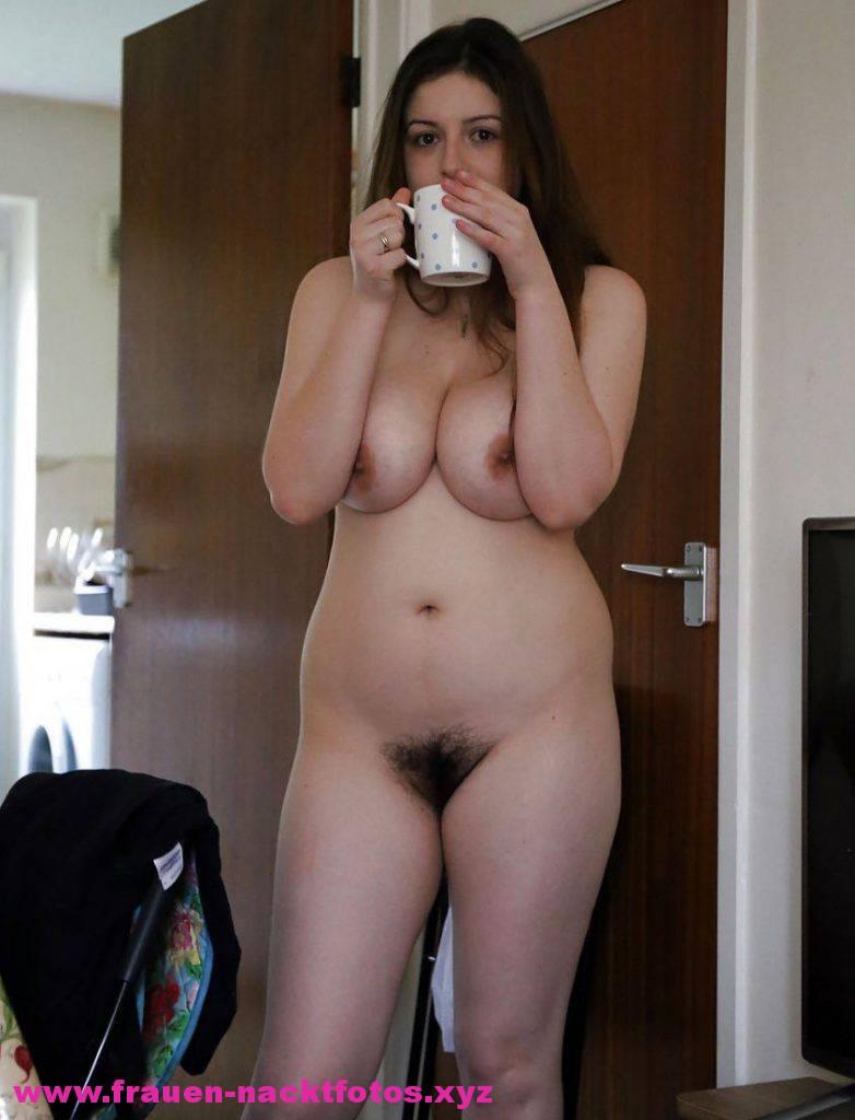 Frau Mit Natuerlich Grossen Bruesten Und Schambehaarung Nackt Mit Kaffeetasse In Der Hand