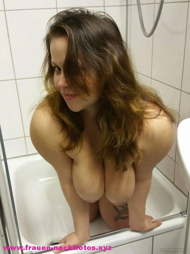 Frivole Freundin Zeigt In Der Wanne Ihre Titten