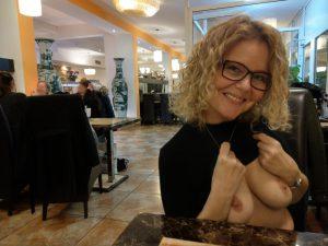 Ehefrau Zeigt Im Restaurant Ihre Titten
