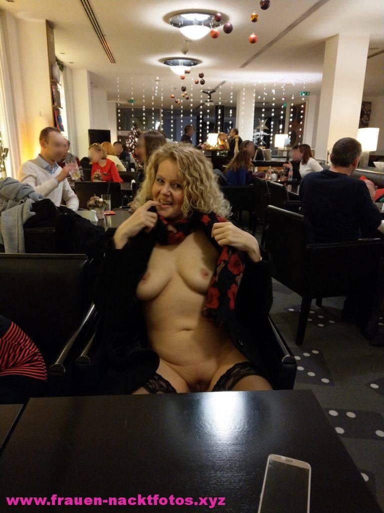 Frau Nackt In Einem Restaurant Nude In Public German